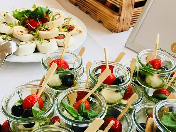 Beispielbild Buffet, Tomate Mozzarella in Gläser und Wraps - Handwerk