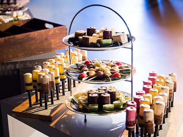 Beispielbild Snacks, Kuchen und Auswahl an Süßigkeiten - Handwerk
